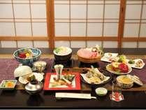 地場食材を使用し、四季の彩を大切にした夕食(一例)