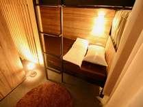 ベッドの周りには読書灯、コンセント完備