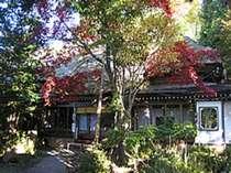 母屋は築300年の茅葺き屋根の建物。