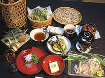四季折々、季節を感じさせる手作りのお料理と名物の手打ちそばをお召し上がり下さい。