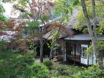 母屋は延享二年(1745年)に建築された茅葺屋根の建物です。お食事はこちらでお召し上がりいただけます