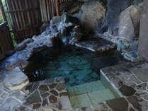 露天風呂からは、海と大島が一望。明るいうちにお入りいただくのがおすすめです!