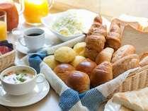 うれしい無料朝食付き:パン・コーヒー・紅茶・100%ジュース・日替わりスープ・生野菜サラダ