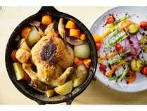 有機地鶏のロースト・チキン(左)。ダッチオーブンの上に炭火を置いて2時間、アウトドアの定番料理です