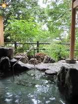 殿の湯より新緑の中の露天風呂を見てみました♪