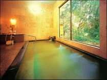 窓の外には緑が一杯、温泉に浸かりながらリラックス♪