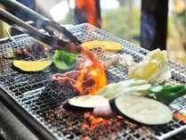 大自然の中での炭焼きバーベキュー。器具(コンロ・鉄板・網・火バサミ)も無料で貸出。