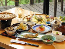 【夕食一例】旬の野菜や吟味された地元食材の味を生かした料理の数々。