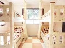 読書灯、個人用コンセント、プライベートカーテンがついている寝室