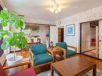 リビングからのアングル。奥がキッチンダイニングスペースで右の部屋が寝室です。