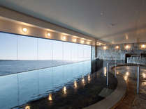 <展望大浴場>水平線を見渡して、のんびり湯浴みをお楽しみください。。