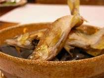 川魚料理で召上って頂く鮎は、手取川上流の天然物。熱した石の上で香ばしい香りが…。