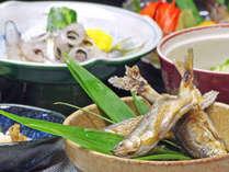 *手取川で捕れる、天然の川魚をご用意。時期により鮎・岩魚・あまご・桜マスが並びます。