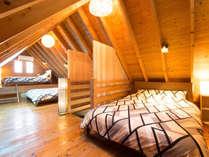 屋根裏部屋のような寝室(2階)