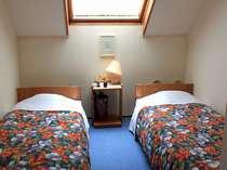 星の見える天窓付のお部屋。ベッド3つまでご用意できます。