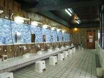 24時間オープンの浴場。サウナやジャグジーの他、暑さをクールダウンし汗を抑える冷水風呂もあります