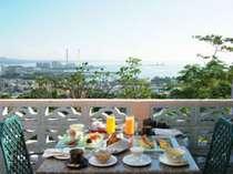 爽やかな朝日が差し込むお部屋のテラスで、和・洋・中の朝食をお楽しみいただけます♪