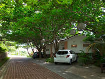 ガーデンコテージタイプ お部屋の前にレンタカーを駐車できる