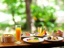 沖縄料理や中華粥、生絞りジュースや新鮮野菜とフルーツのジュースもご用意