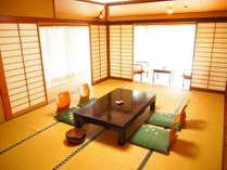 1階のお部屋一例。中庭に面した、和の香り漂う落ち着いた客室です。