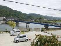 竹野川に面した当宿専用駐車場は宿から見えて安心(無料7台)。ウミネコの姿も見られるかも・・・