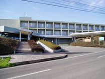 *【外観】秋田空港から車で7分!ゴルフやスポーツ施設に囲まれた多目的宿泊研修施設です。