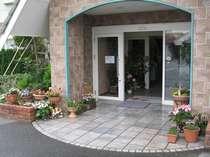 玄関先にはお花がお出迎えしますよ。「いらっしゃいませ」(元気)(^^)/