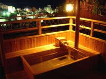 *海悠亭/ライトアップした自家源泉の露天風呂でお寛ぎください。
