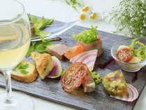 8種のひとくち料理は様々な味わい。シャンパンとともに広がる香りもご堪能ください。