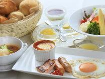"""地元産野菜と地元の卵、蓼科の味覚が詰まった""""サラダがメイン""""の朝ごはん。りんごジャムもおすすめ!"""