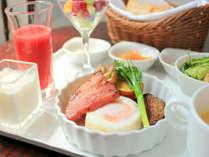 【朝食】お部屋でぐっすりとおやすみになった翌朝は、栄養満点のご朝食で一日をスタート!