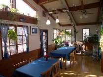 床暖房と薪ストーブでポカポカ暖かい食堂です
