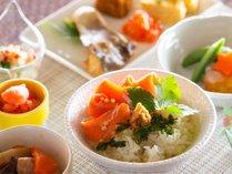 【朝食イメージ】だし茶漬けや手巻きおにぎりなど和食の食べたい朝はミカクへ(トマムHP要確認)。
