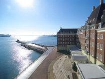 穏やかな海に照らされ暖かな陽気に包まれます◇ウォーターマークホテル海側◇
