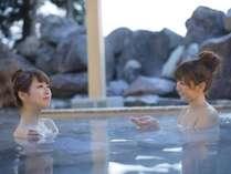 小川と深い森に囲まれ、開放的な露天風呂や寝湯がお楽しみいただける「こまくさの湯」