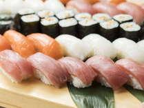 職人が目の前で握るお寿司も食べ放題です