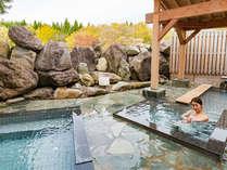 <こまくさの湯・露天風呂>東屋や岩場が配された和の風情溢れる露天風呂。