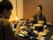 カップル、ご家族、ご夫婦に人気のお部屋食は周りを気にせず、お客様だけの空間を楽しめます。(夕食のみ)