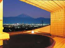 【1組50分無料サービス中】眺望抜群の「輝きの湯」からは富士山や輝く美夜景も一望できる。
