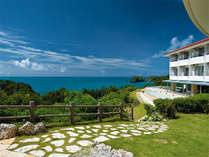 専用階段を下りれば、そこは天然ビーチ「ムルク浜」素晴らしいエメラルドグリーンの海が広がります♪