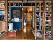 玄関を入ると大きな本棚が迎えてくれます