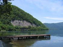施設のすぐ前から眺めた新緑の十和田湖