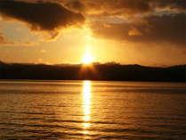 *十和田湖に沈む夕日は絶景!一秒ごとに変わってゆく幻想的な風景をご覧いただけます。