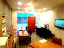 共用スペース。テレビ見たりコーヒー飲んだりゲスト同士情報交換したり出来る、やどまる憩いの場です♪