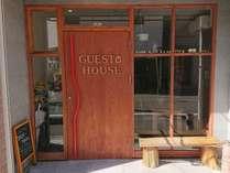 大きなゲストハウスの文字が特徴的な入り口です