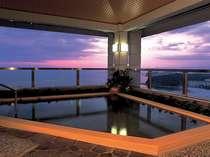 【露天風呂】ホテル最上階にある展望温泉から望む夕焼けは絶景です。寛ぎのひと時を・・・