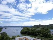 久美浜湾を見渡すお部屋からの景色に心が癒されます。