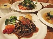 ニセコの農家さんが心を込めて育てた旬野菜がたっぷり。冬には甘くなった越冬野菜にこだわった料理を提供。