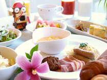 ホテル人気の朝食ビュッフェ。種類豊富な和洋琉バイキング。