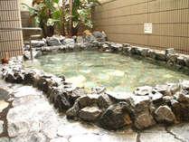 天然温泉を利用した露天風呂が、ゆっくりと旅の疲れを癒します。